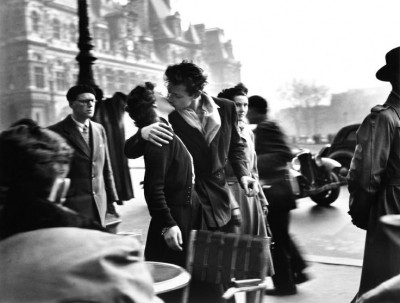 ROBERT DOISNEAU, Le Baiser de L'Hotel de Ville (Kiss by the Hotel de Ville)